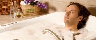 Мужчина принимает ванную